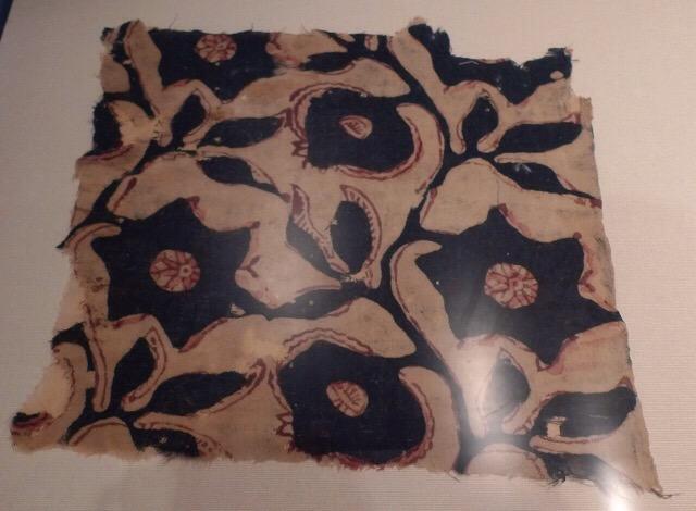 Dessa trasiga små lappar anges vara de äldsta tyger som museet har. De är  alla tryckta bomullstyger från Indien 854d076399717